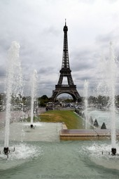 Eiffel Tower between the Foutain Jets of Trocadero Garden.jpg