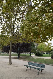 Park bench at Champ de Mars.jpg