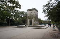 Monument at Champ de Mars on East Side.jpg
